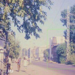 ул. А. Беленца 9. Общий вид усадьбы из трех домов на панораме улицы. Автор: неизвестен. 1989г.