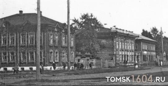 ул. Пушкина 28а (слева) и 28 (в центре). 1930-е гг. Источник: ТОКМ.